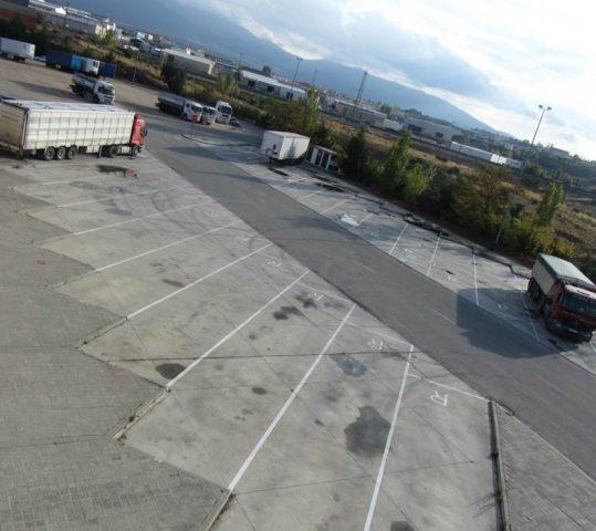 Área de estacionamiento de vehículos pesados y turismos